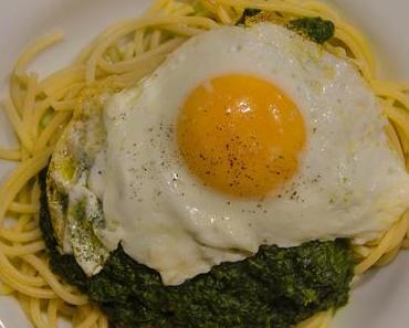 Schnelle Mittwochspasta: SpEinat – Spaghetti, Rahmspinat und Spiegelei