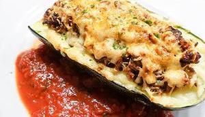 Gefüllte Zucchini Faschiertem Käse überbacken