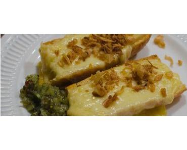 Resteverwertung: Baguette mit Raclettekäse überbacken, Röstzwiebeln, Boston Gurka