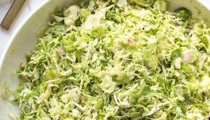 Rosenkohl-Salat Blauschimmelkäse Haselnüssen