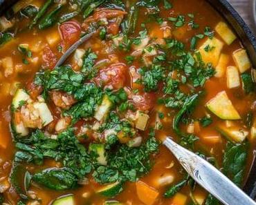 Minestrone Gemüsesuppe mit Reis und weißen Bohnen
