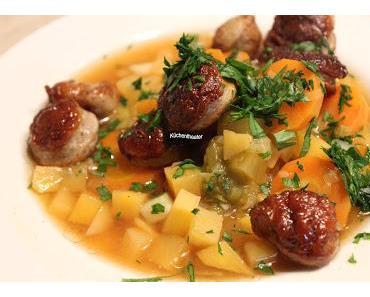 Bratwurst-Stew mit Möhren, Steckrübe und Porree