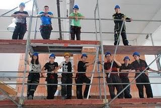 Grenzüberschreitender Gerüstbau: Tschechische Lehrlinge zu Besuch in Regensburg