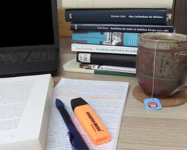 Aus dem Homeoffice (2) – Vom Bücherstapel zur Ausstellung