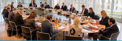 Kurz trägt Maske, Merkel, Söder und Co. nicht