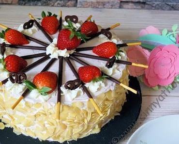 Aus 2 Biskuitböden wird ein tolles Schachbrett Muster in der Torte #Rezept #Food #Erdbeeren