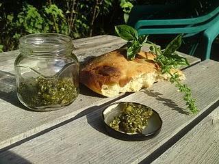 Pesto mit Basilikum, Kürbiskernen, Cashewkerne und Sonnenblumenkernen