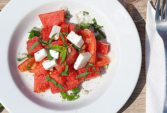 tomaten wassermelonen salat mit feta k se und minze. Black Bedroom Furniture Sets. Home Design Ideas