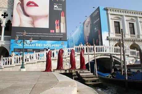 "The light art project ""Madonna and sisters"" by Manfred Kielnhofer on biennale tour in Venice"