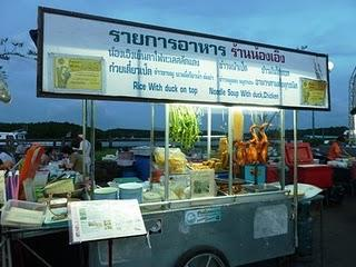 Krabi: Der Abendessensmarkt am Fluss / The Evening Food Market at the River