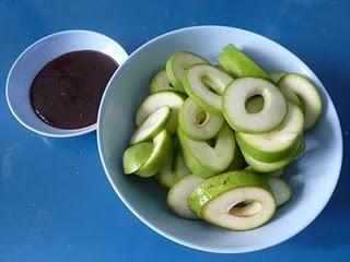 Eine thailändische Köstlichkeit: Grüne Mangostreifen mit einem süss-salzig-scharfen Dip - A Thai Delight: Slices of Green Mango with a Salty Spicy Sweet Dip