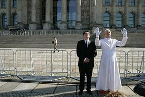 """""""Papst"""" und """"Hitler"""" Arm in Arm durch Berlin"""