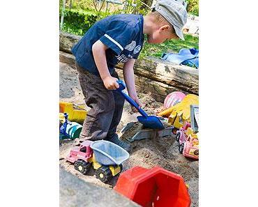 Baumhaus und Sandkasten für Kinder