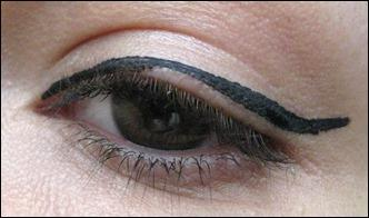 tutorial eyeliner auff llig auftragen. Black Bedroom Furniture Sets. Home Design Ideas