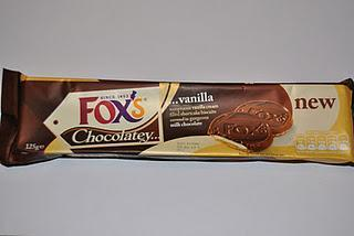 Fox's Chocolatey Vanilla, Cadbury Caramel Biscuits und Marks & Spencer Extremely Chocolatey Milk Chocolate Rounds