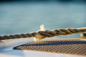 Seil mit Wasser im Hintergrund