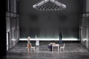 """Fahler Raum, pralles Theater: """"Das Ende des Regens"""" im Bayerischen Staatsschauspiel // Radu Afrim"""