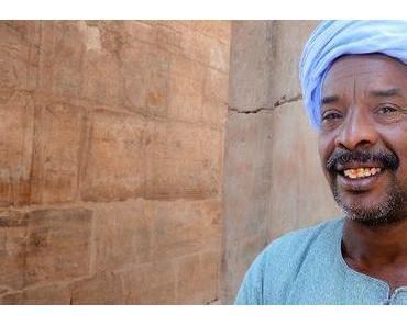 Ägypten: dicke Säulen und Steinmänner