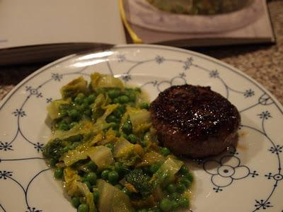 salat erbsen gem se nach jamie oliver mit steak burger. Black Bedroom Furniture Sets. Home Design Ideas