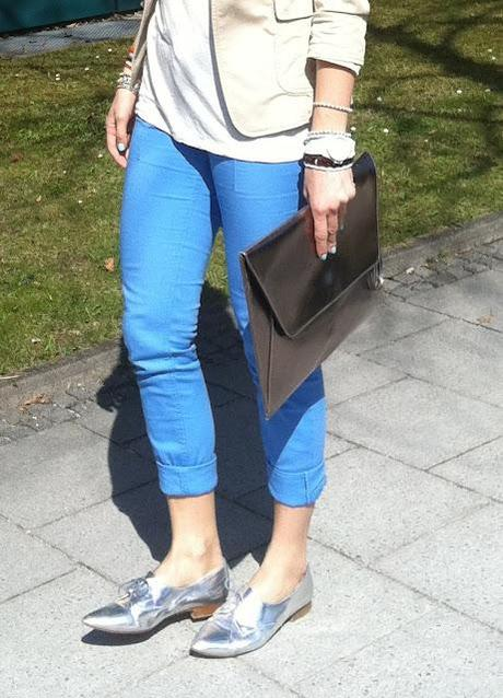 Monday to go: blue pants and silver shoes