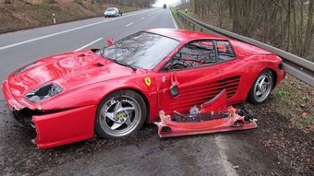 Wegen einem Igel fährt ein Ferrari-Fahrer sein Auto zu Schrott