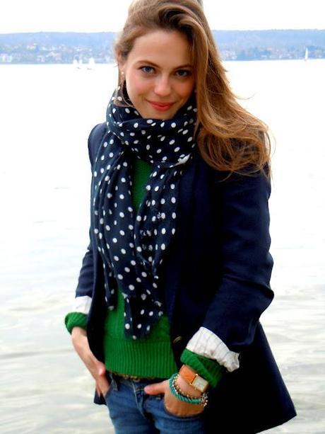Outfit: Pünktchenschal und Kuschelpulli