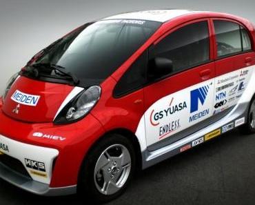 Zwei Elektroautos von Mitsubishi fahren beim Pikes-Peak-Rennen mit