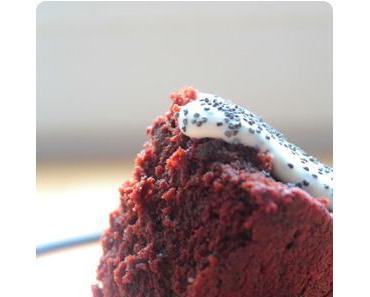 Extrem saftiger Schokolade Rote Beete Kuchen mit Crème Fraîche und Mohn - Slater Style