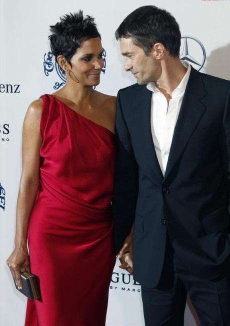 Actress Halle Berry and boyfriend Olivier Martinez arrive at the Carousel of Hope Ball in Beverly Hills, California October 23, 2010. The ball benefits The Barbara Davis Center for Childhood Diabetes. REUTERS/Fred Prouser (UNITED STATES - Tags: ENTERTAINMENT)