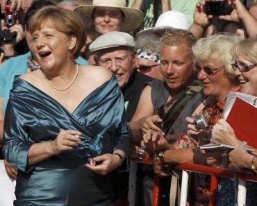 Die Systemmedien haben ihr unverfängliches Sensationsthema für das Sommerloch gefunden! N-tv und N 24 titeln Weltbewegendes: Mutti Merkel trägt olle Klamotten in Bayreuth !