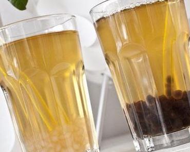 Bubble Tea mit weißen und dunklen Tapiokaperlen (vegan, laktosefrei, glutenfrei)