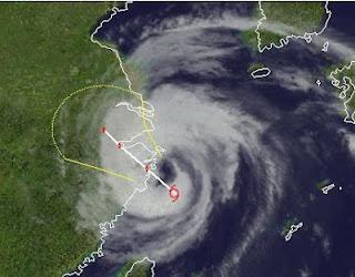 Landfall Taifun HAIKUI findet gerade bei Schanghai statt