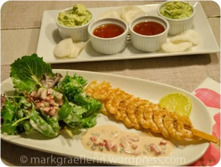 Garnelenspiesse mit Salat, Thousand Islands Dressing, Krabbenchips und zweierlei Dips