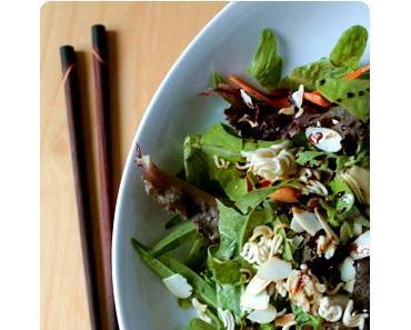 Salat mit gerösteten Mie Nudeln