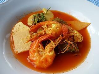 Gaeng Som Gung Kai Cha Om – Saure Suppe mit Garnelen und Cha Om- Omelett / Sour SoupWith Prawns and Acacia Leaf Omelet