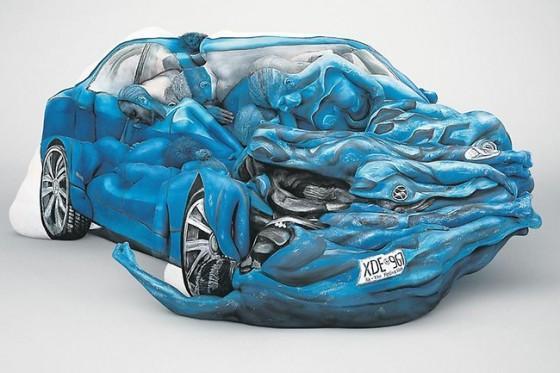 Emma Hack: Nur ein Bild von nem kaputten Auto – oder doch geniales Body-Painting?