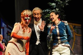 """Spielen bis zum Untergang – """"Die Fledermaus"""" im Volkstheater Rostock"""