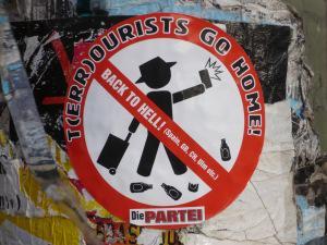 T(err)ourists fo home - Aufkleber der Partei.