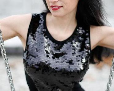 New Look: Silvesteroutfit mit Pailetten – Minikleid mit Stiefeln