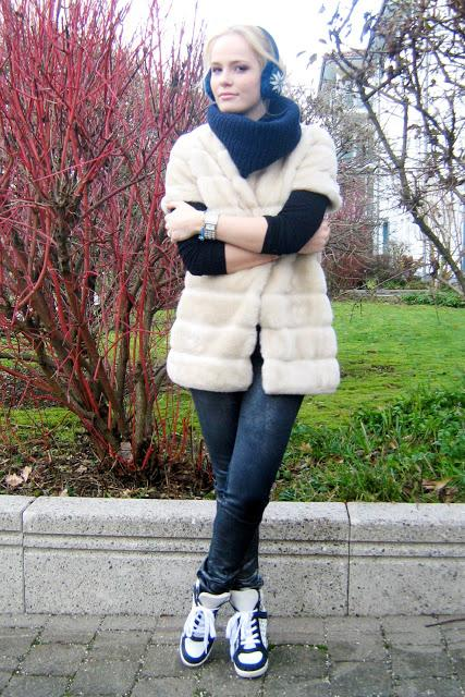 Tuesday to go: sneaker wedges with fluffy coat