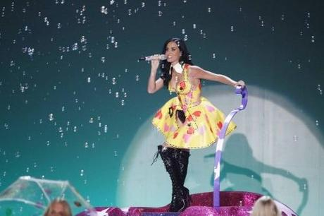 Singer Katy Perry performs during the Victoria's Secret Fashion Show at the Lexington Armory in New York November 10, 2010. REUTERS/Lucas Jackson (UNITED STATES - Tags: ENTERTAINMENT FASHION)