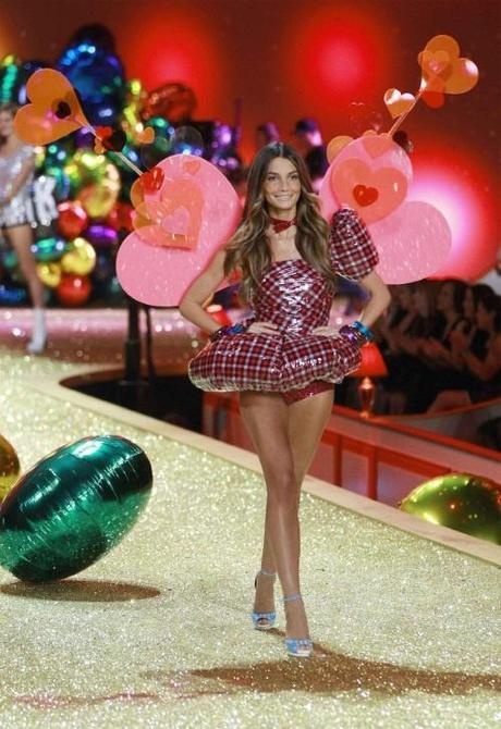 Model Lily Aldridge presents a creation during the Victoria's Secret Fashion Show at the Lexington Armory in New York November 10, 2010. REUTERS/Lucas Jackson (UNITED STATES - Tags: ENTERTAINMENT FASHION)