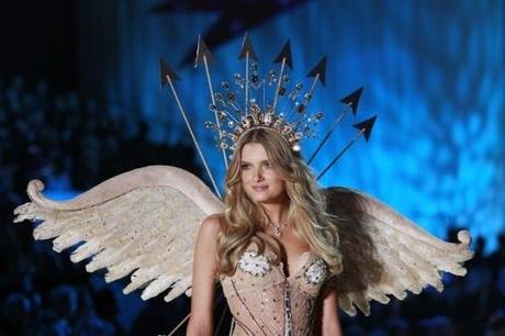 Model Lily Donaldson presents a creation during the Victoria's Secret Fashion Show at the Lexington Armory in New York November 10, 2010. REUTERS/Lucas Jackson (UNITED STATES - Tags: ENTERTAINMENT FASHION)