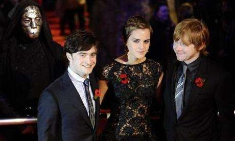 Britain's Emma Watson poses with Daniel Radcliffe (L) and Rupert Grint as they arrive for the world premiere of Harry Potter and the Deathly Hallows: Part 1 at Leicester Square in London November 11, 2010.  REUTERS/Dylan Martinez (BRITAIN - Tags: ENTERTAINMENT)