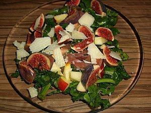 Winterlicher Salat mit Feigen, Äpfeln und Parmesan