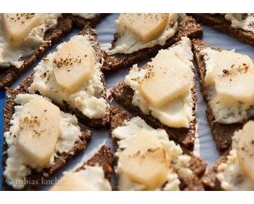 Fingerfood: Pumpernickel Häppchen mit Gorgonzola und Birne