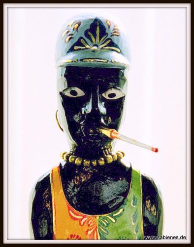 Afrikanische Figur mit Zigarette