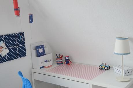 Auf dem kinder schreibtisch on the children desk for Schreibtisch utensilo