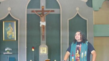 Der einzige Rocker-Priester der Welt