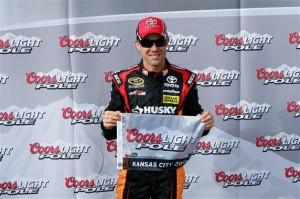 2013 kansas1 cup qualifying matt kenseth pole award 300x199 Schnell, schneller, Matt Kenseth. Kenseth auf der Pole in Kansas.